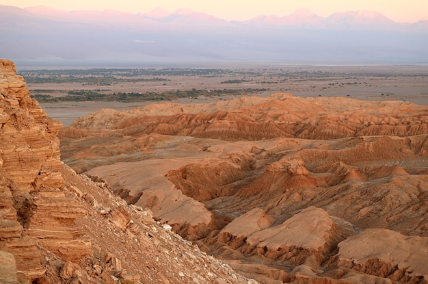 日没前のアタカマ砂漠のヴァッレデラルナまたはムーンバレーサンペドロデアタカマチリ