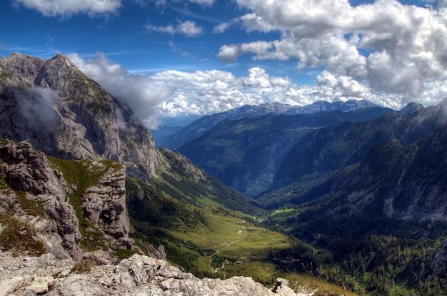Valle en montaa con cielo con nubes