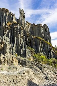 Долина среди скал. красота новой зеландии. северный остров