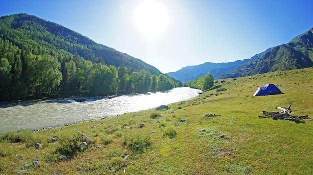 Вид на долину и реку во время путешествия в горы алтая.