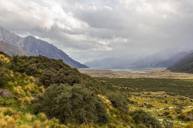 Долина между горами возле озера тасман, новая зеландия