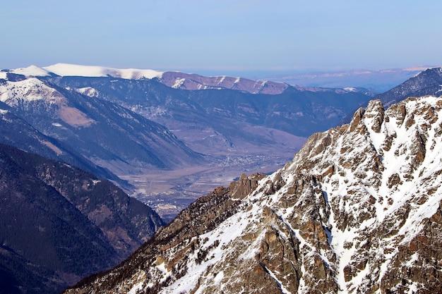 연기로 뒤덮인 코카서스 산맥 사이의 계곡