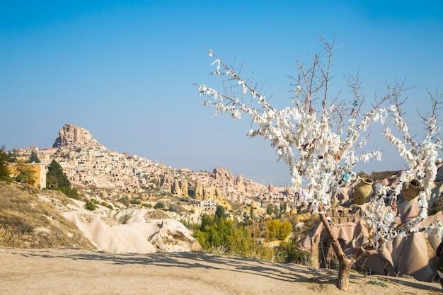 Долина голубей панорамный вид возле замка учисар в восходе солнца, каппадокия, турция. фото высокого качества