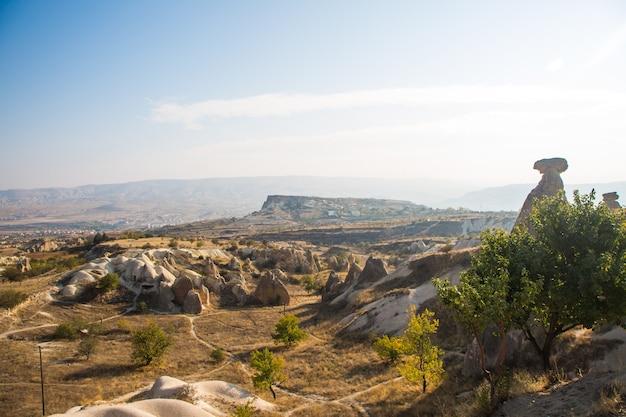 Долина голубей панорамный вид возле замка учхисар в восходе солнца, каппадокия, турция