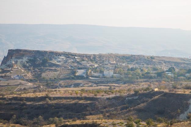 日の出、カッパドキア、トルコのウチヒサール城近くの鳩の谷のパノラマビュー