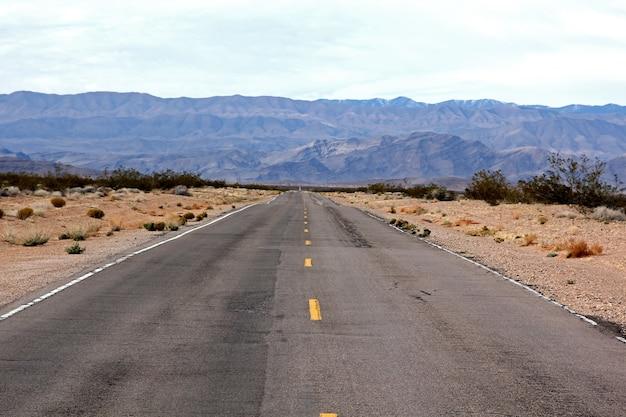 불의 계곡 네바다 고속도로는 공원 계곡으로 들어가기 전에.