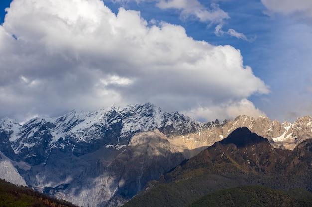 Долина голубой луны (живописный район снежной горы шика) в шангри-ла, провинция юньнань, китай
