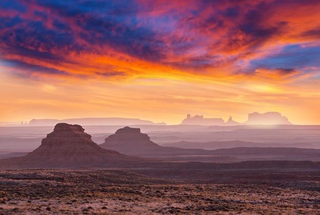 日の出のモニュメントバレーと神々の谷の岩の形成