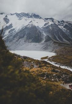 Valley track с видом на гору кук в новой зеландии