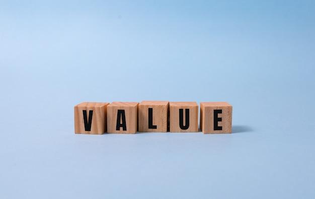 青のウッドブロックに書かれたvalueワード。