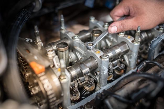 自動車エンジンのバルブクリアランス調整