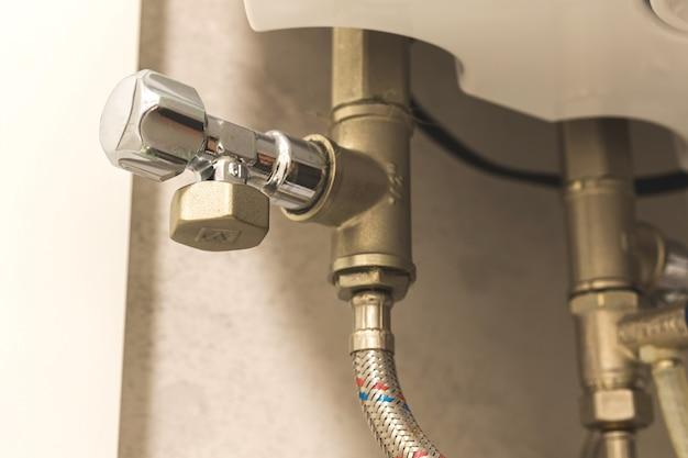 냉각 시스템의 밸브, 욕실의 온수기 보일러 사진