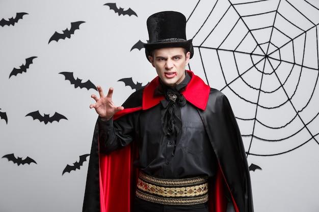 Концепция хэллоуина вампиров - портрет сердитого кавказского крича вампира.