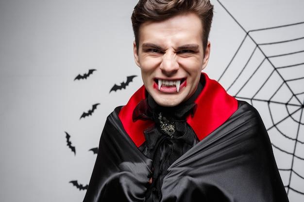 吸血鬼のハロウィーンの概念-怒っている白人の吸血鬼の叫び声の肖像画。