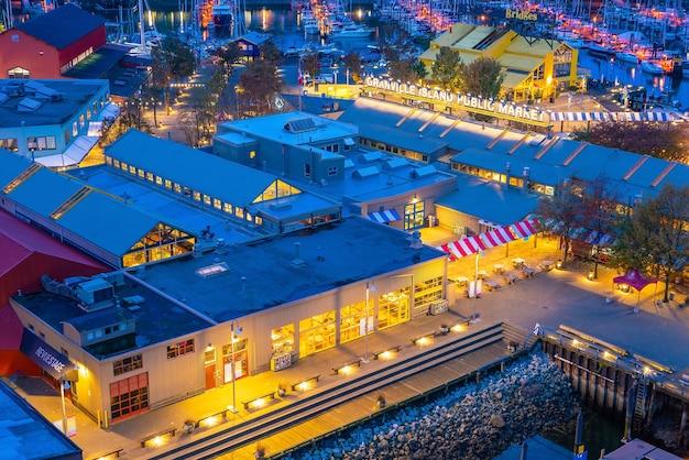 バンクーバー、カナダ-2019年9月25日:グランドビルアイランドパブリックマーケット、夜のグランビルストリートブリッジからの眺め。