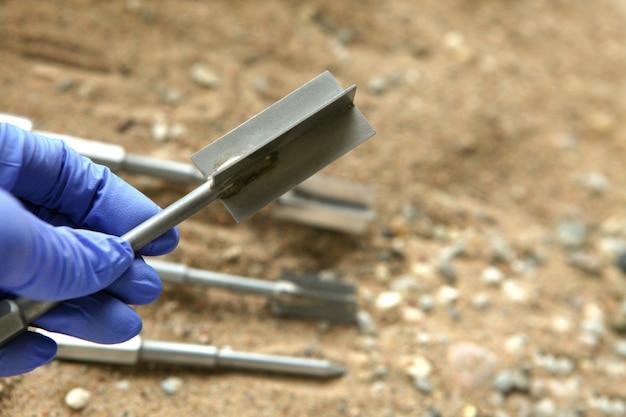 Лопаточный тест для проверки прочности долей песчаных грунтов. образец почвы, собранный в ходе строительных геологических буровых работ на площадке