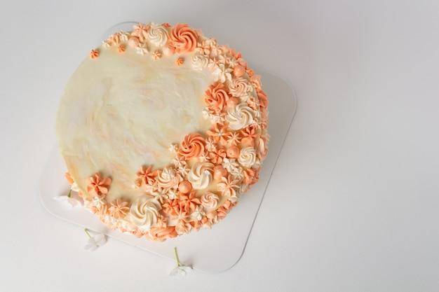 花の装飾が施されたバニラケーキ。