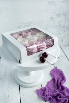 Ванильно-вишневый зефир в белой прозрачной коробке. десерт ручной работы.