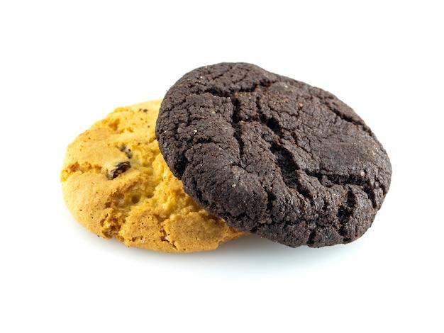Ванильное и шоколадное печенье, изолированные на белом
