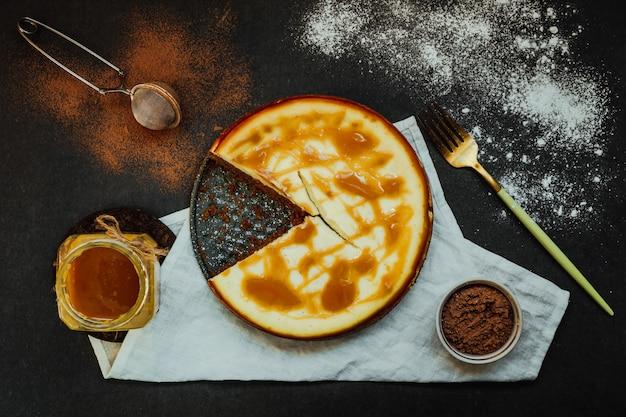 バニラとチョコレートのリコッタチーズケーキ、塩味のキャラメルトッピング