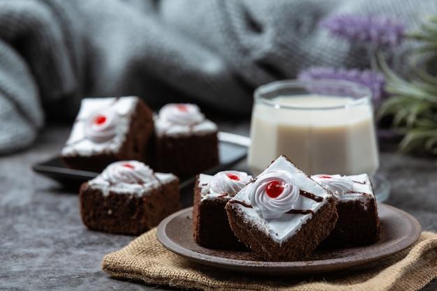バニラケーキとチョコレートは、美しい装飾品にカットされています。