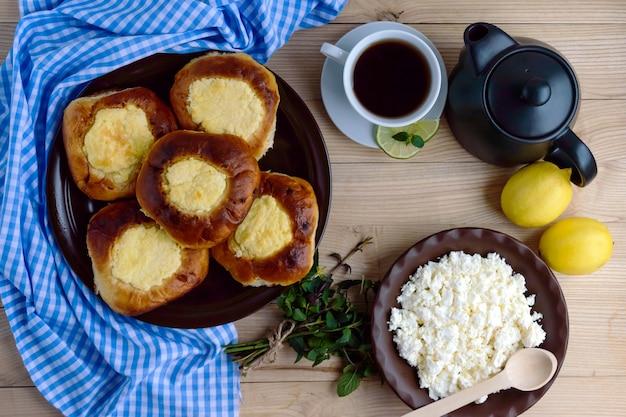 バニラカッテージチーズパン(チーズケーキ)レモンティー1杯。上面図。