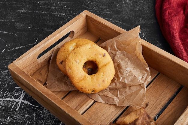 Ciambelle alla vaniglia in un vassoio di legno.