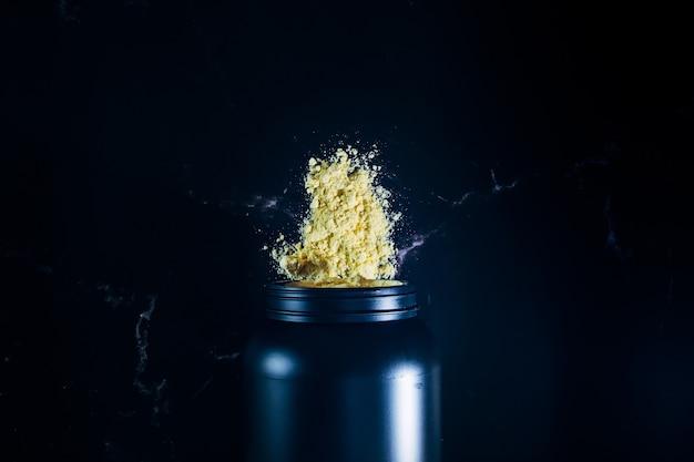 バニラ風味のプロテインシェイク。フィットネスとボディービルのアスリートのためのサプリメント。