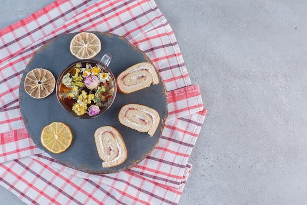 バニラ風味の甘いロールと木片にお茶を。