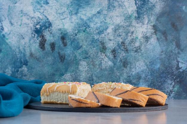 まな板の上にバニラ風味のおいしい甘いロール。