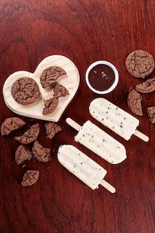 헤이즐넛 크림으로 속을 채운 화이트 초콜릿으로 덮인 바닐라 아이스크림. 아이스 캔디. 평면도