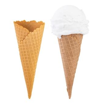 コーンのバニラアイスクリームと白い背景で隔離の空白のクリスピーアイスクリームコーン。
