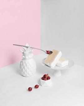 ピンクの背景のミニマリズムにバニラアイスクリーム