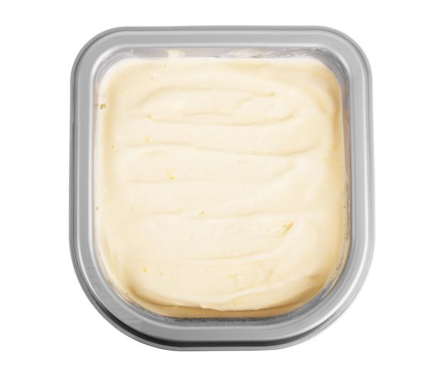 흰색 바탕에 종이 컵에 바닐라 아이스크림 국자