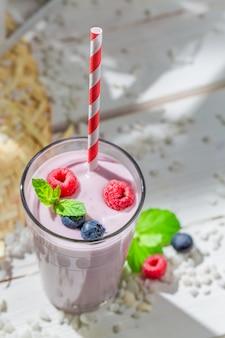 Ванильное мороженое с ягодами на деревянной поверхности