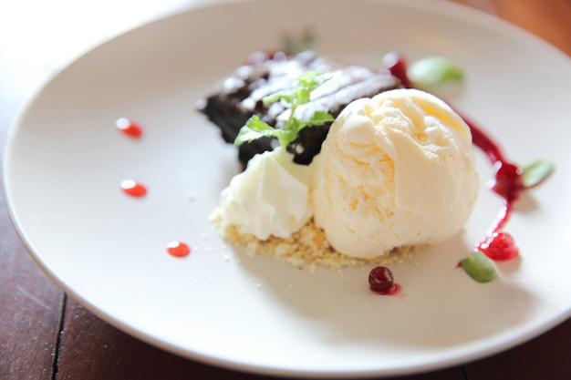 Vanilla ice cream with brownie