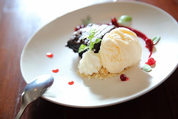 Vanilla ice cream with cake
