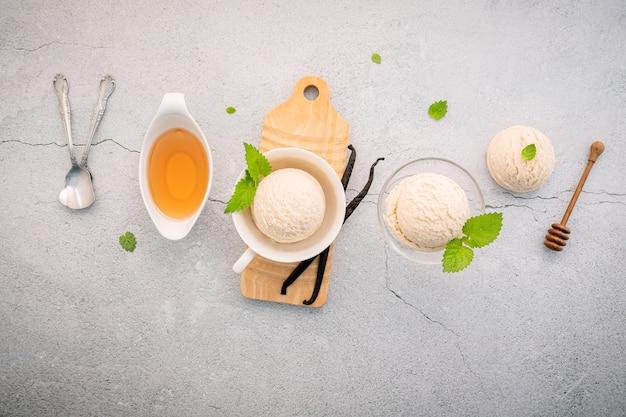 Ванильное мороженое с медом на бетонном столе
