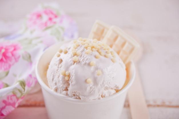 Vanilla ice cream with white chocolate .