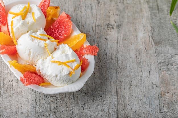 Palline di gelato alla vaniglia con arancia e pompelmo