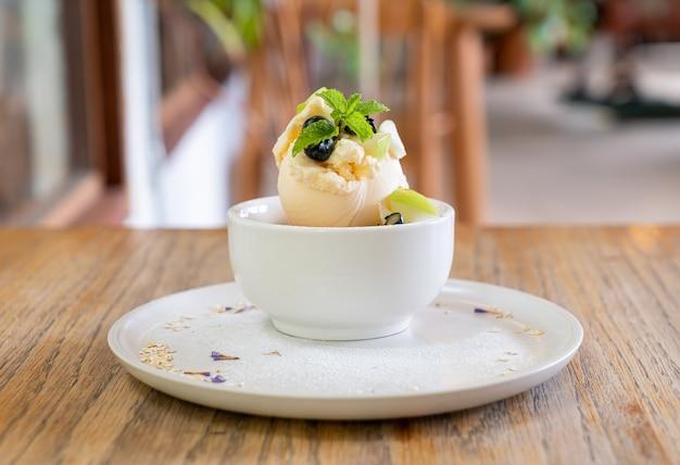 Ванильный мороженое со свежим яблоком и яблочной крошкой в кафе и ресторане