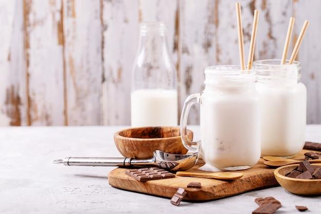 Ванильный молочный коктейль с шоколадом на белом фоне текстуры