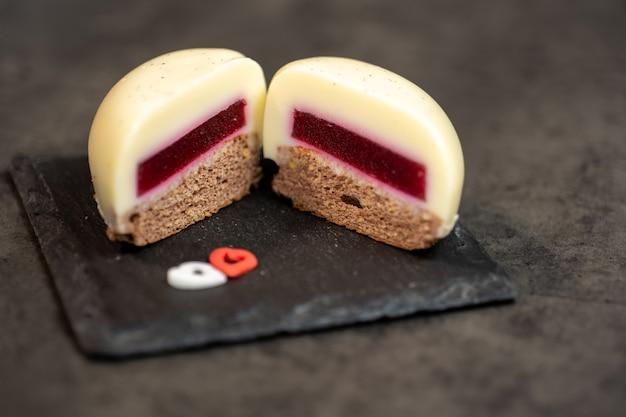 アルデシアのハートの形に半分にカットされたバニラムースケーキ