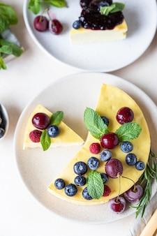 バニラのクラストチーズケーキまたはカッテージチーズのキャセロールとミントとベリーのリコッタチーズのキャセロール