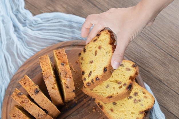 Ванильный пирог, изолированные на деревенском деревянном блюде