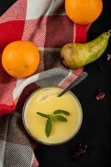 Budino alla vaniglia con frutta, vista dall'alto