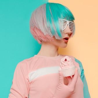Ванильные флюиды модель девушка с тортом креативный минимализм