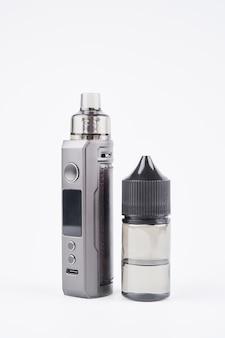 Vape и vape сок, изолированные на белом фоне с копией пространства, электронная сигарета, альтернативная концепция курения