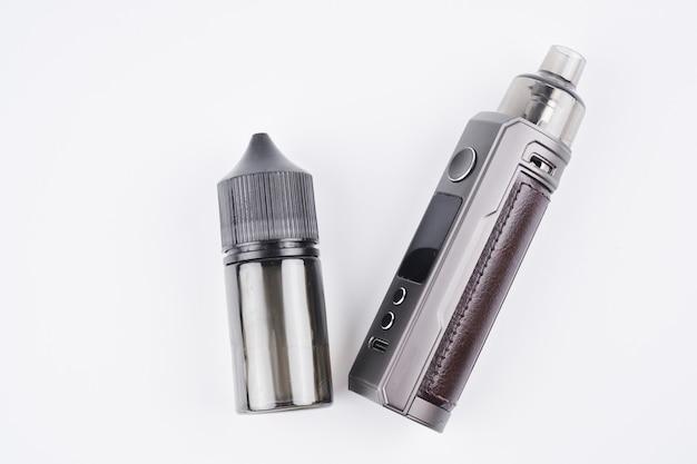 복사 공간, 전자 담배, 대체 흡연 개념이 있는 흰색 배경에 격리된 vape 및 vape 주스