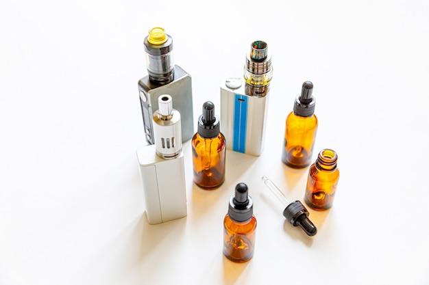 Устройство для вейпинга, электронная сигарета, электронная сигарета и бутылки с жидкостью, изолированные